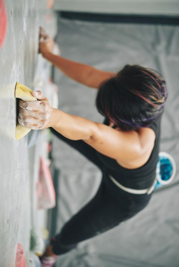 mujer-agarrando-roca-rocodromo_1098-17317